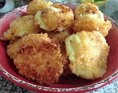 Croquetas crujientes de papa rellenas de queso