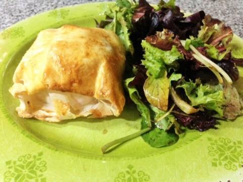 camembert-envuelto-y-ensalada-1